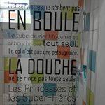Beestick - Sticker salle de bain / douche / Il paraît que dans la salle de bain. Taille 50x87 cm noire - Autocollant adhésif mural facile à poser. Stickers muraux haut de gamme fabriqués en France. de la marque Beestick image 3 produit