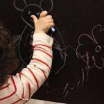 Ivencase Sticker Tableau Noir, 42 x 300 cm Grand Tableau Noir et 5 pièce Mix Couleurs Craies, Adhésif Ardoise Effaçable Sticker Autocollant Mural pour l'école/Bureau - Intérieur DiY Décoration de la marque ivencase image 1 produit