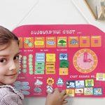 LUDI - Calendrier et horloge rose, dès 3 ans. Apprendre le temps et l'heure. Panneau en tissu brodé 40 x 53 cm. Accroche murale avec une corde et une lamelle en bois. 56 étiquettes amovibles - 2116 de la marque Ludi image 1 produit